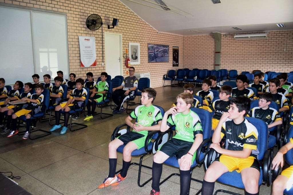Garotos do Anjos do Futsal de sete municípios visitam a Anjo e recebem  uniformes bb3b538c6af4a